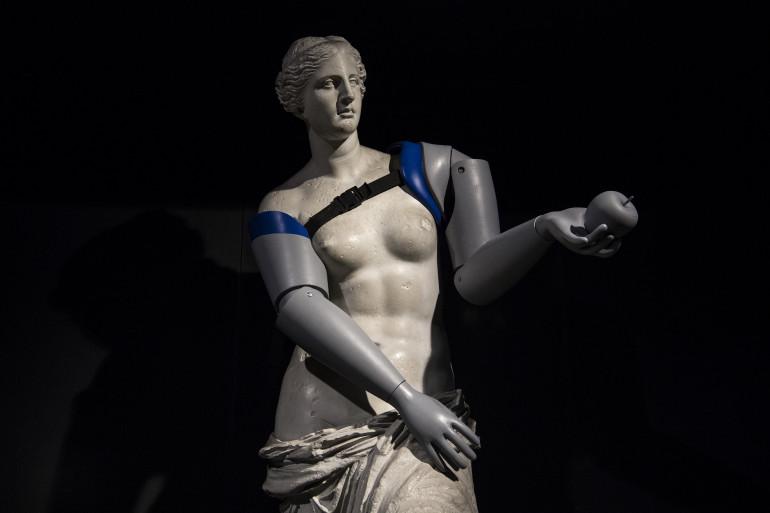 La statue de la Vénus de Milo, appareillée de prothèses par Handicap International