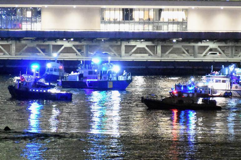 La police américaine à la recherche de l'épave d'un hélicoptère qui s'est âbimé dans l'East River à New York, dimanche 11 mars 2018.