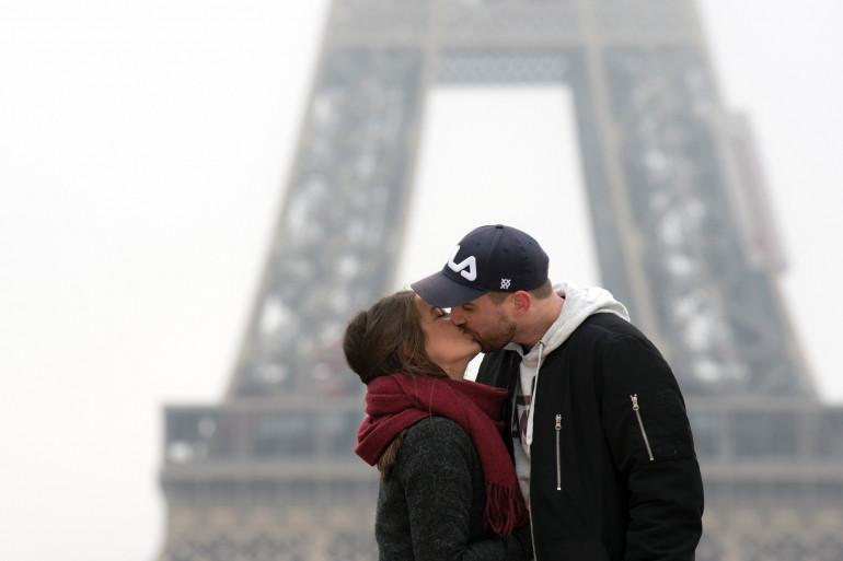 Un couple s'embrasse devant la tour Eiffel, à Paris (Illustration)