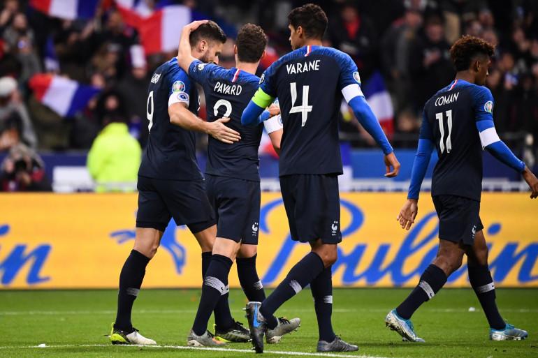 Les Bleus félicitent Olivier Giroud le 14 novembre 2019 au Stade de France