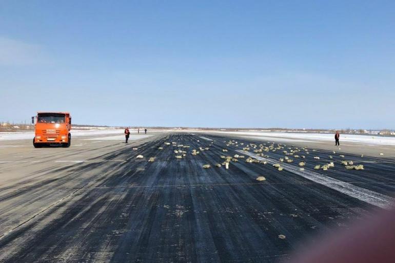 L'avion russe a déversé plus de 3 tonnes de lingots d'or sur la piste de décollage.