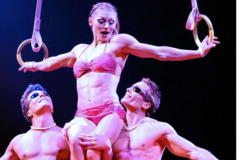 L'acrobate Yann Arnaud (à droite) lors d'une représentation du Cirque du soleil en 2011