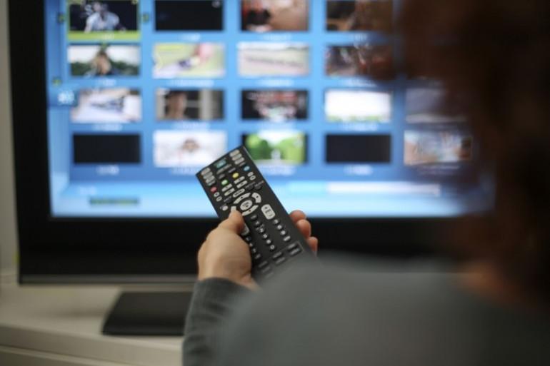 Une femme devant sa télévision (illustration)