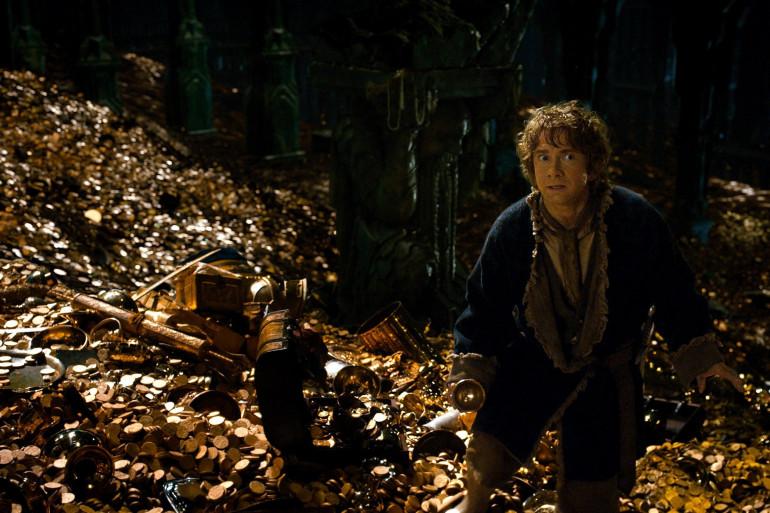 """Bilbon marchant sur le trésor de Smaug le dragon dans """"The Hobbit"""""""