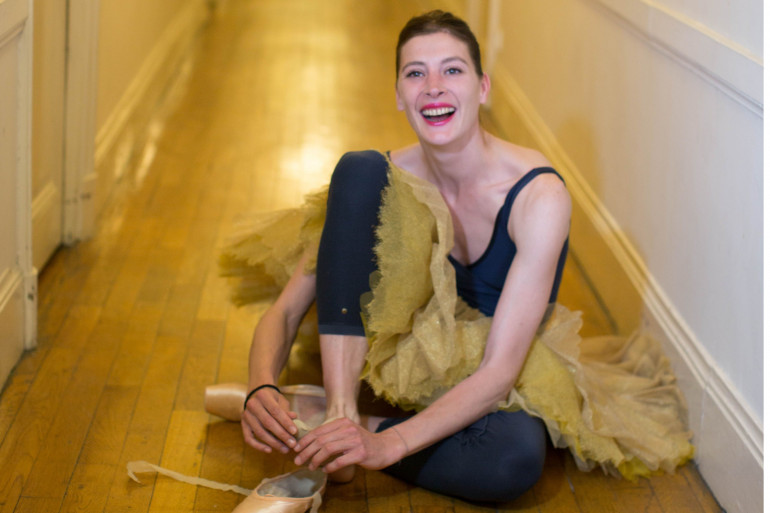 La danseuse étoile Marie-Agnès Gillot dans les couloirs de l'Opéra de Paris