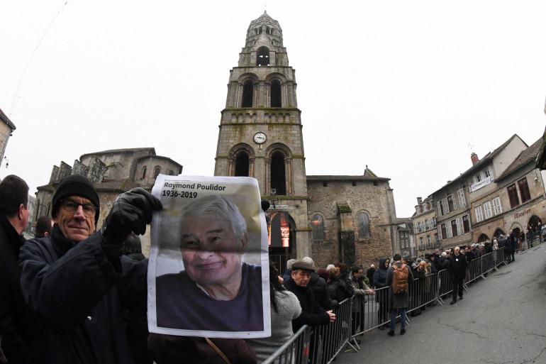 La foule devant l'église avant les obsèques de Raymond Poulidor, le 19 novembre