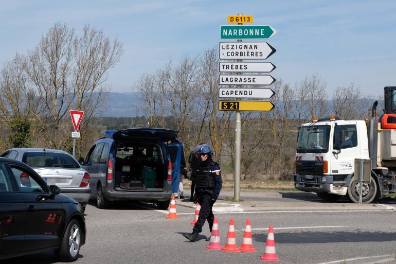Les gendarmes bloquent les accès à Trèbes où a lieu en ce moment la prise d'otage