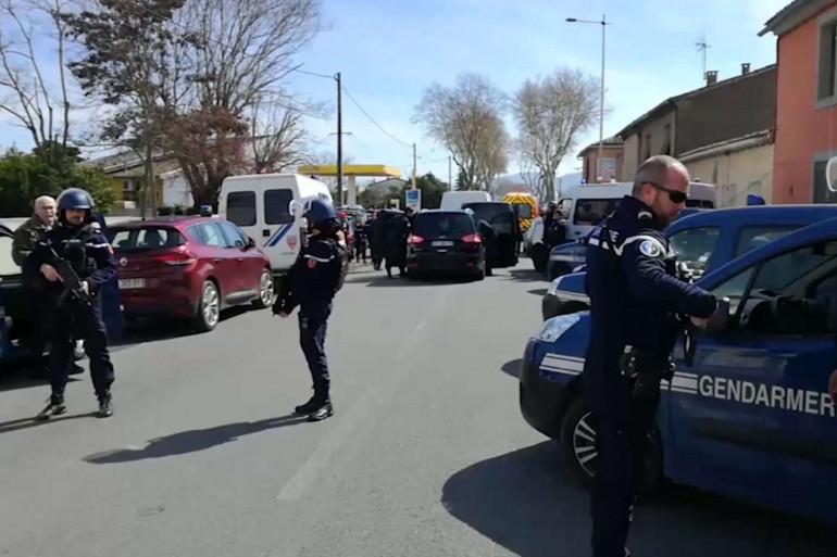 Une vue devant le lieu de la prise d'otages à Trèbes dans l'Aude, vendredi 23 mars 2018