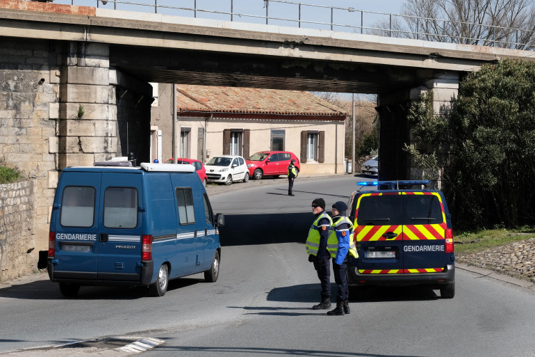 Les gendarmes bloquent l'accès au supermarché de Trèbes