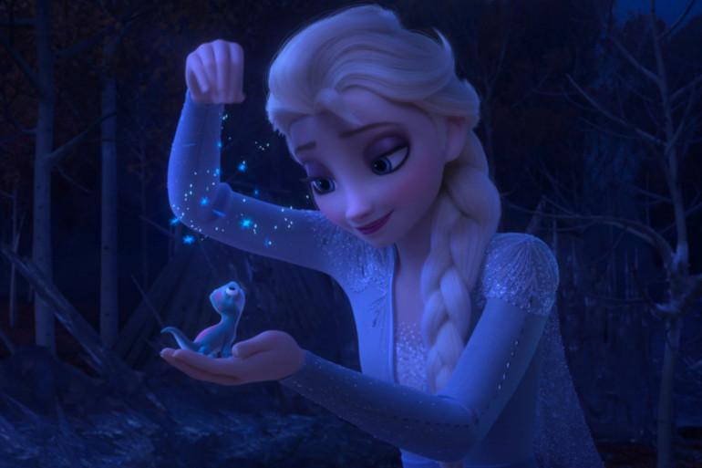 Elsa, la fameuse reine des neiges, en train de charmer un esprit du feu