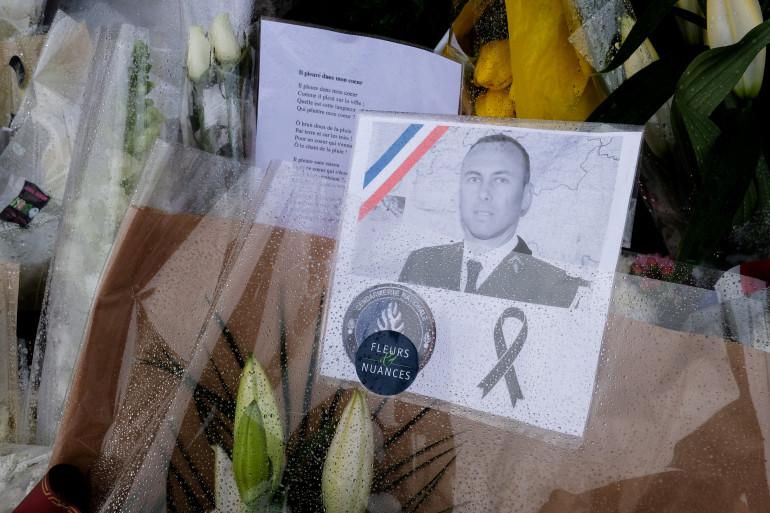 Une photo du lieutenant-colonel Arnaud Beltrame, mort après s'être substitué à une otage vendredi 23 mars dans l'Aude