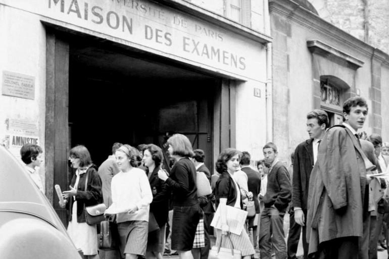 Un groupe de lycéens devant un centre d'examen du baccalauréat
