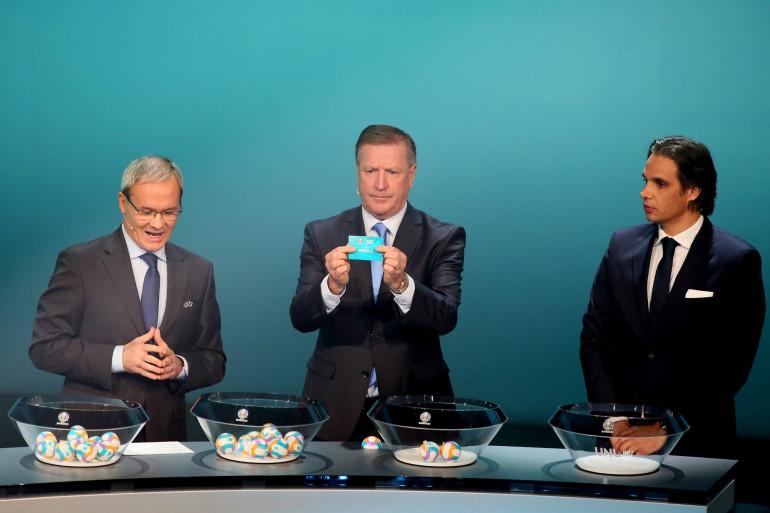 Giorgio Marchetti, Ronnie Whelan et Nuno Gomes à Dublin le 2 décembre 2018 lors du tirage au sort des éliminatoires de l'Euro 2020