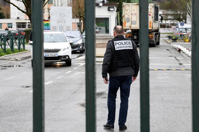 Des policiers présents devant la caserne de Varces, en Isère