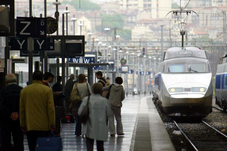 Des voyageurs attendent un train sur un quai de la gare Saint-Charles à Marseille, le 12 mai 2004