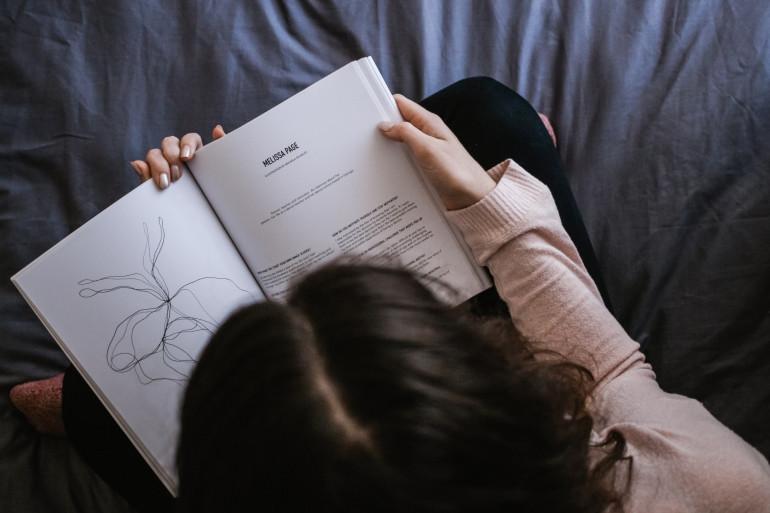 Une femme en train de lire (illustration)