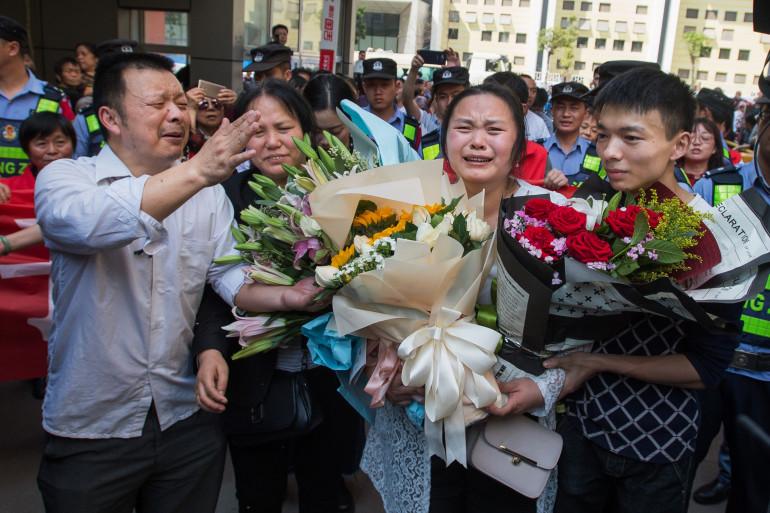 Le 3 avril 2018, Kang Ying (au centre) retrouve ses parents après 24 ans de séparation