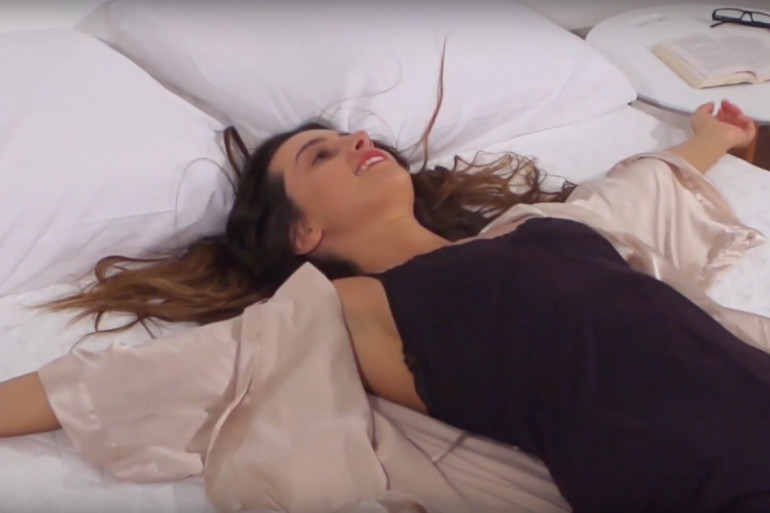 Une femme allongée sur un matelas