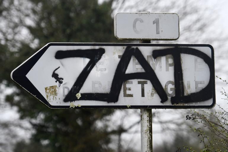 """Un graffiti désignant la ZAD (""""Zone à défendre"""") à Notre-Dame-des-Landes en 2018."""