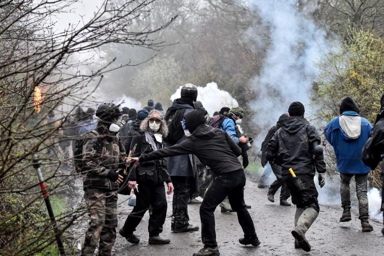 Face à face tendu entre les zadistes et les gendarmes venus les évacuer de Notre-Dame-des-Landes lundi 9 avril
