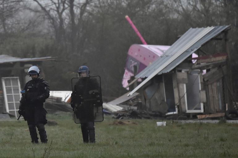 Les forces de l'ordre procèdent à la démolition des installations de la ZAD de Notre-Dame-des-Landes lundi 9 avril
