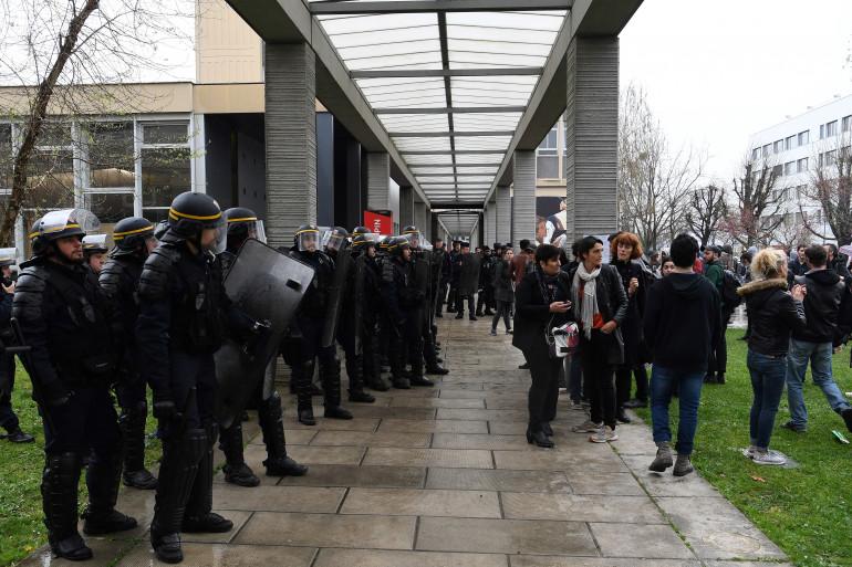 Des CRS font face à des étudiants à Nanterre lundi 9 avril