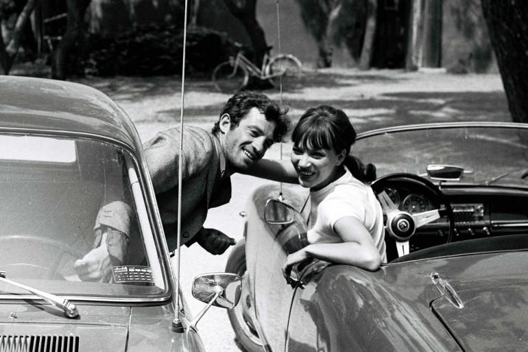 """Jean Paul Belmondo et Anna Karina sur le tournage du film """"Pierrot le fou"""" de Jean-Luc Godard à la presqu'ile de Gien"""