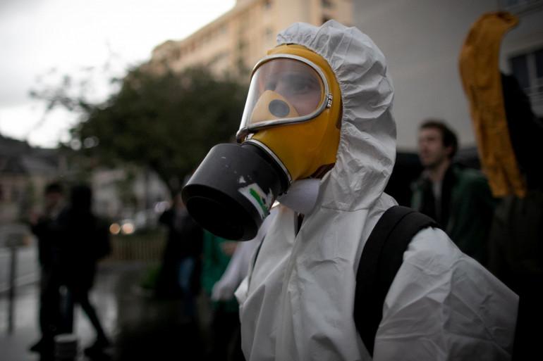 Un manifestant portant un masque à gaz, le 1er octobre à Rouen