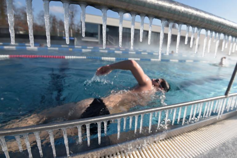 Une personne pratiquant la natation en piscine extérieure, le 26 février 2018 à Strasbourg