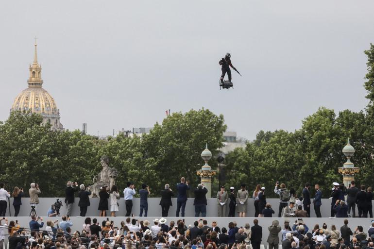 Franky Zapata sur son Flyboard le 14 juillet 2019 à Paris