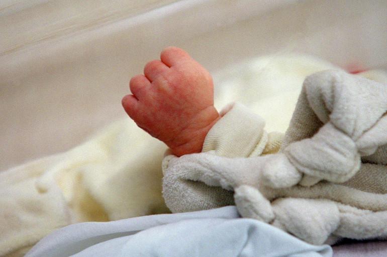 Un bébé dans une maternité (illustration)