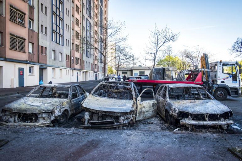 Des carcasses de voitures incendiées au Mirail (Toulouse) après une deuxième nuit de violences urbaines le 16 avril 2018