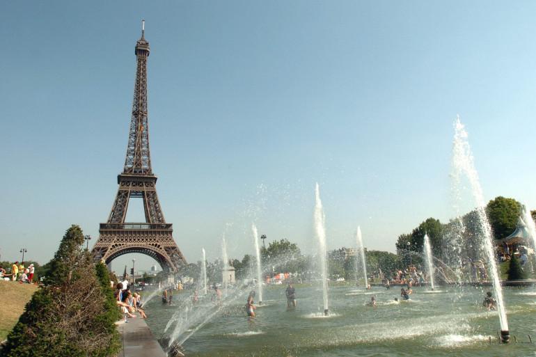 Des personnes prennent le soleil et se beignent, le 29 juillet 2004 au Trocadéro à Paris
