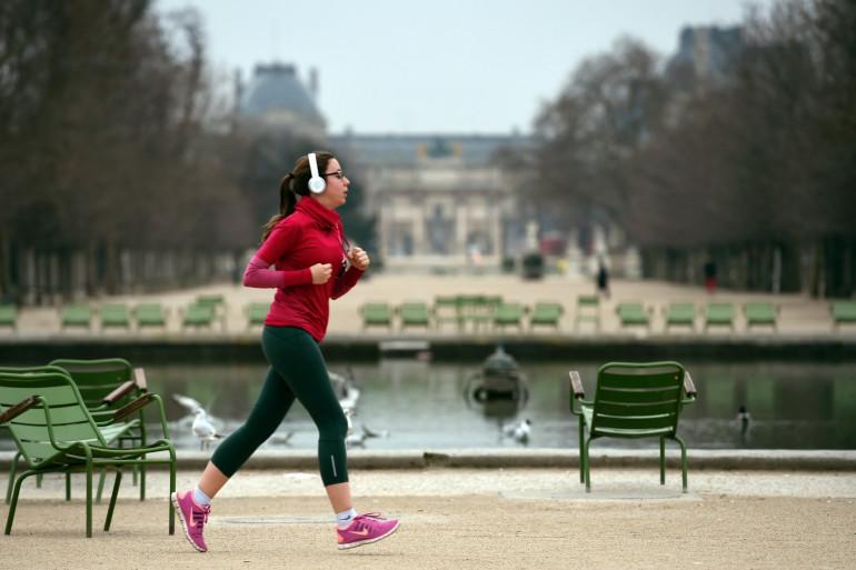 Une femme fait son jogging dans le jardin des Tuileries à Paris (Illustration)
