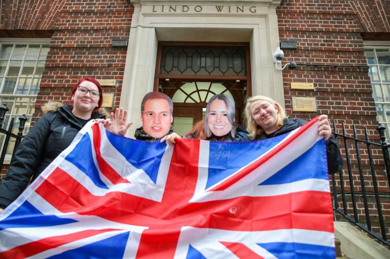 Un groupe de britanniques campe devant l'hôpital St Mary pour l'arrivée du Royal Baby