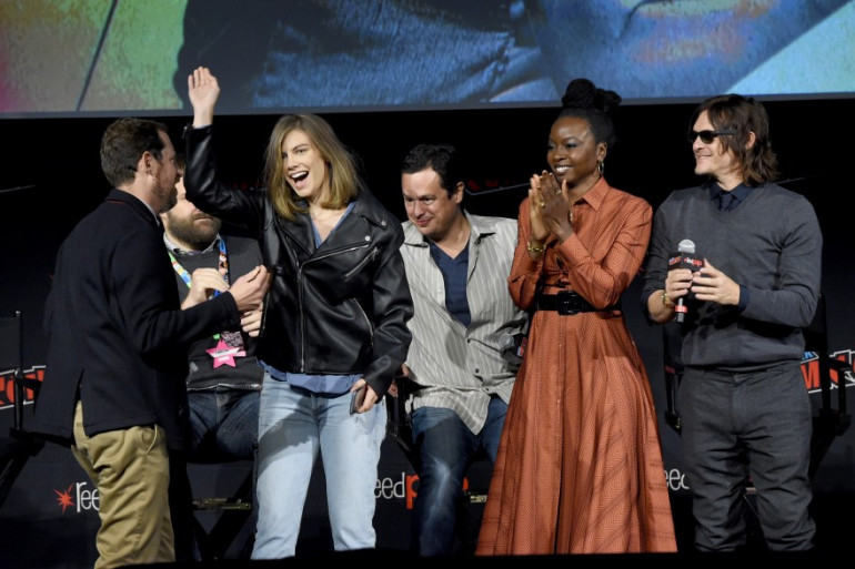 Lauren Cohan (Maggie) sur la scène du New York Comic Con, entouré du casting de la série