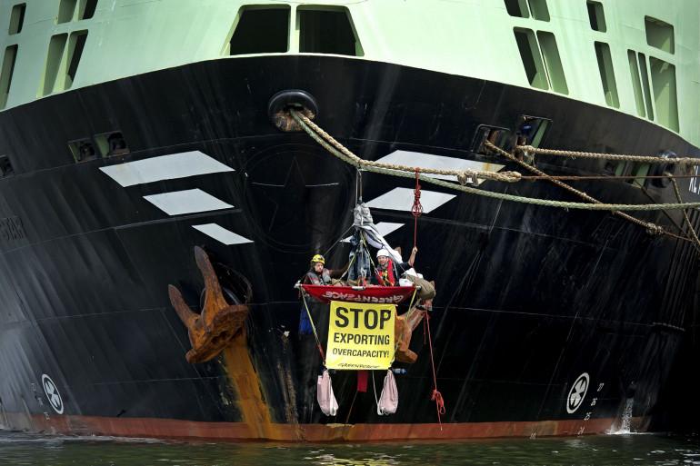 Des militants Greenpeace bloquant le Margiris en Australie en 2012.