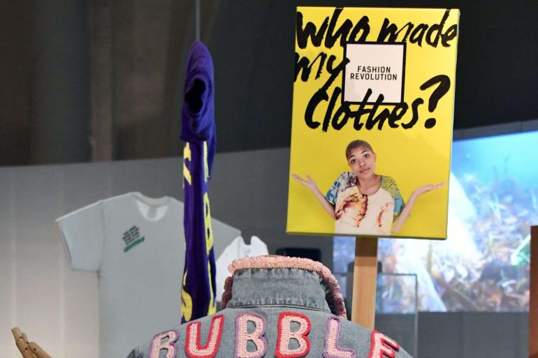 """""""Qui a fait mes vêtements"""", une pancarte exposée au musée Victoria & Albert, à Londres, le 18 avril 2018"""