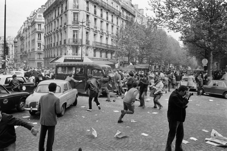 Des manifestants s'en prennent à un véhicule de police boulevard Saint-Germain à Paris, le 2 mai 1968.