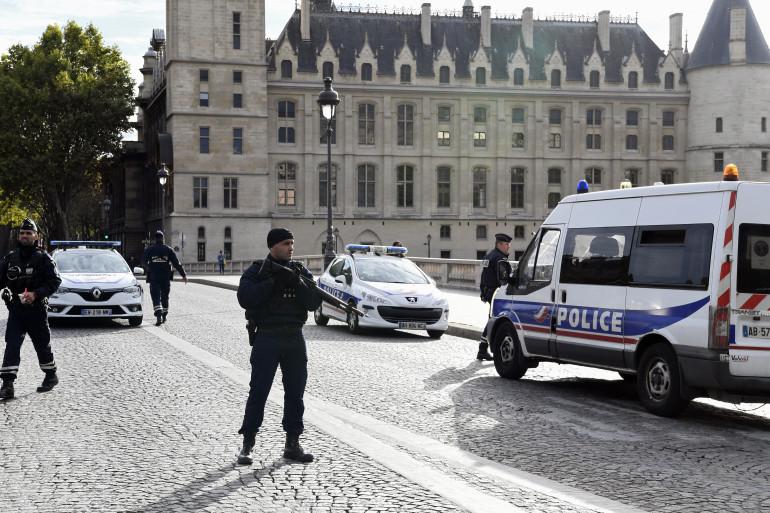Des policiers devant la préfecture de police de Paris, après l'attaque perpétrée jeudi 3 octobre 2019.