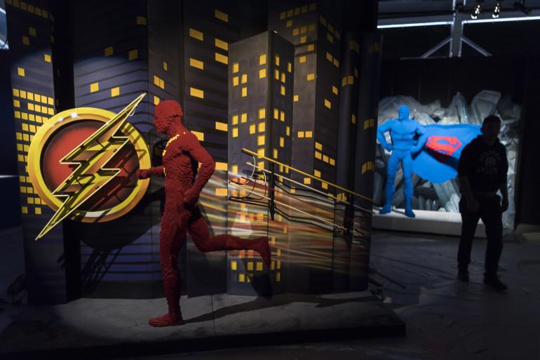 Flash et Superman, deux des super-héros de DC Comics, entièrement composés en Lego, seront exposés au parc de la Villette dès dimanche 29 avril.