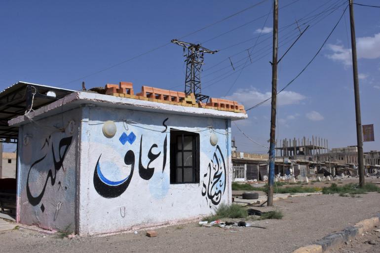 """Un bâtiment avec l'inscription """"Amaq"""", du nom de l'organe de propagande de l'État islamique à Maskanah , dans le nord de la Syrie"""