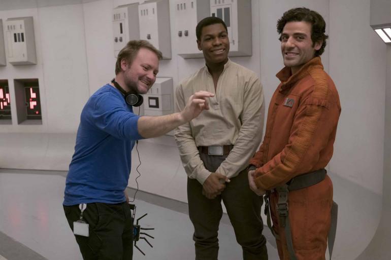 """Rian Johnson le réalisateur de """"Star Wars 8"""" et de la prochaine trilogie """"Star Wars"""" en compagnie de John Boyega et Oscar Isaac"""