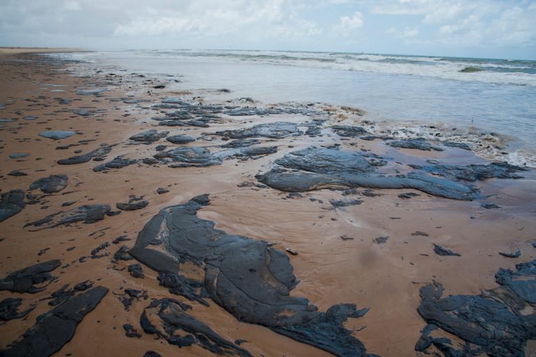 Une plage de Parambu au Brésil, recouverte de pétrole en octobre 2019