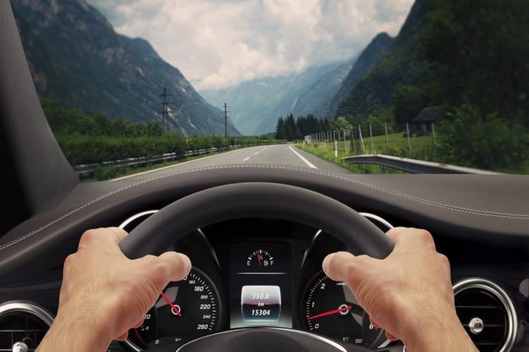 Un conducteur au volant de sa voiture (illustration)