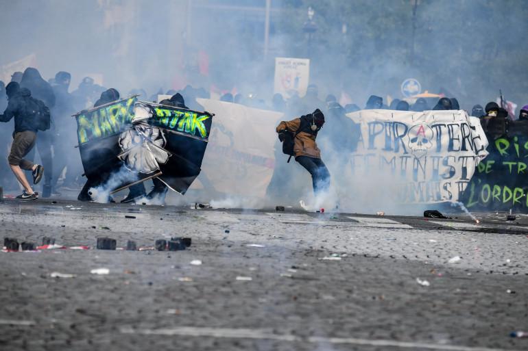 """Les """"Black Blocs"""" ont été à l'origine de débordements lors du défilé du 1er mai 2018 à Paris"""