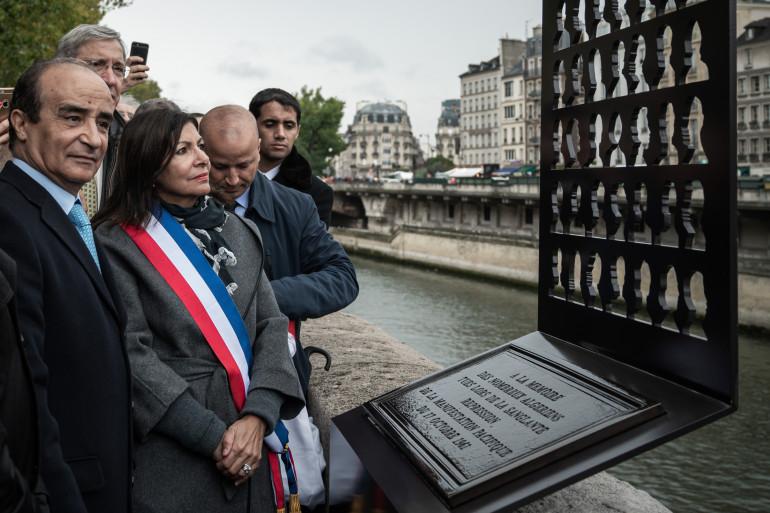 Anne Hidalgo sur le pont Saint Michel pour inaugurer la stèle en hommage aux victimes algériennes du 17 octobre 1961