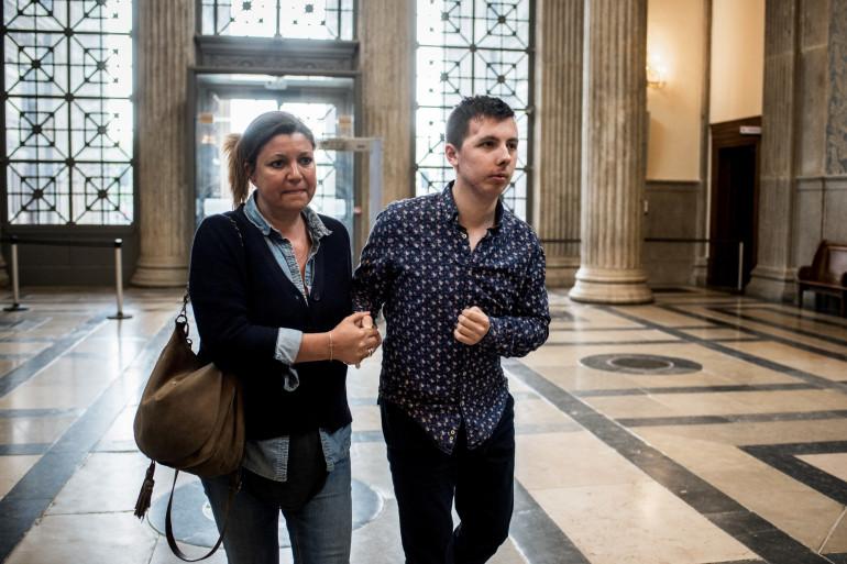 Marin arrive au procès de son agresseur au bras d'une de ses proches le 3 mai 2018