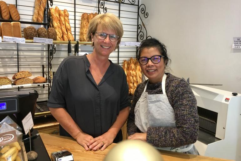 Pascale Frugier et une de ses  vendeuses de la boulangerie Blanche, à Paris