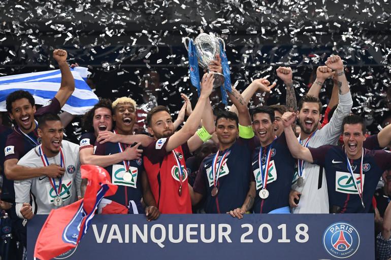 Le capitaine des Herbiers Sébastien Flochon (en rouge) soulève le trophée avec celui du PSG Thaigo Silva, le 8 mai 2018